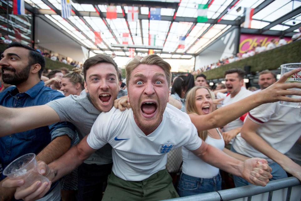 """CĐV Anh ăn mừng """"hoang dại"""" khi đội nhà vào tứ kết World Cup - 1"""