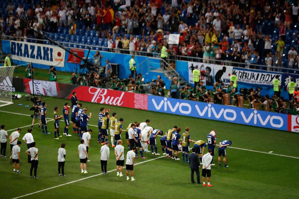 """Chỉ sau một trận đấu, cả thế giới lại phải """"ngả nón"""" trước người Nhật - 1"""