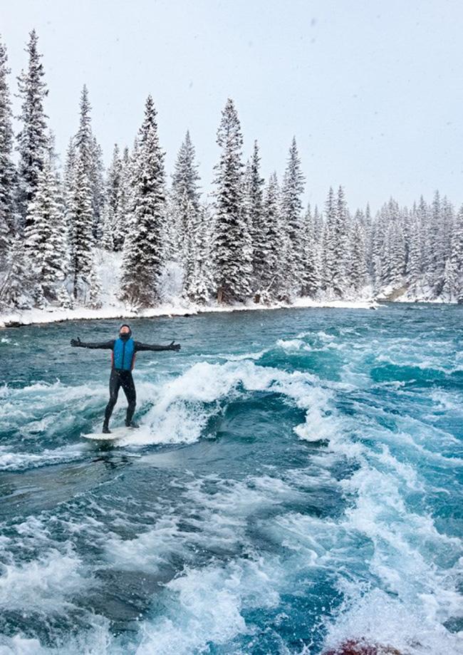 Sông Kananaskis, Alberta: Mountain Wave là một điểm lướt sóng ở Công viên Kananaskis. Nó được xây dựng từ một tảng đá bởi một nhóm người đam mê lướt sóng.