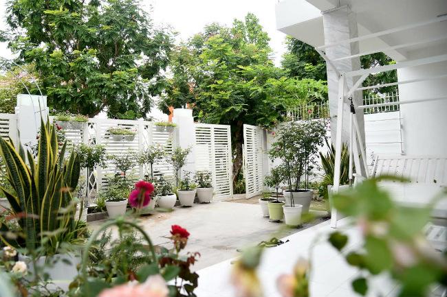 Phong cách thiết kế ngôi nhà do bà xã Quyền Linh - Dạ Thảo lên ý tưởng. Chị vốn rất tinh tế, lại hiểu bản chất của chồng vốn gốc nhà nông, nên ngôi nhà hòa mình với thiên nhiên, tạo cảm giác gần gũi, thân thiện với môi trường.