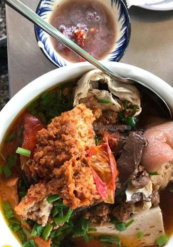 Quán ăn vỉa hè, khách cứ kéo đến đông nghịt ở Sài Gòn - 1