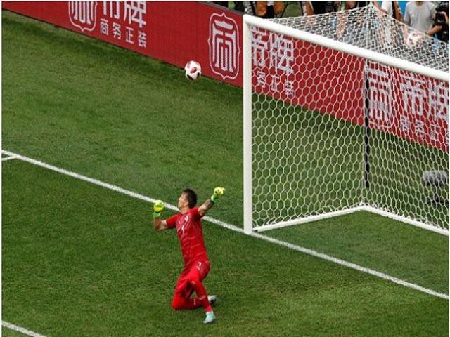 """World Cup: Thủ môn Uruguay """"học"""" Karius, triệu fan rơi lệ, đồng đội đổ gục"""