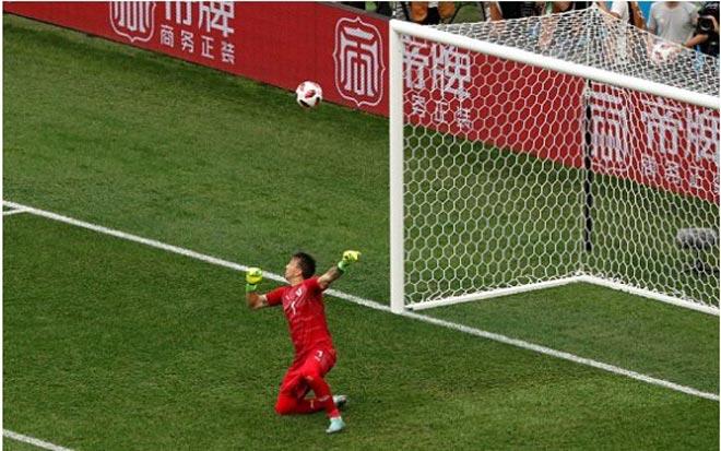 """World Cup: Thủ môn Uruguay """"học"""" Karius, triệu fan rơi lệ, đồng đội đổ gục - 1"""