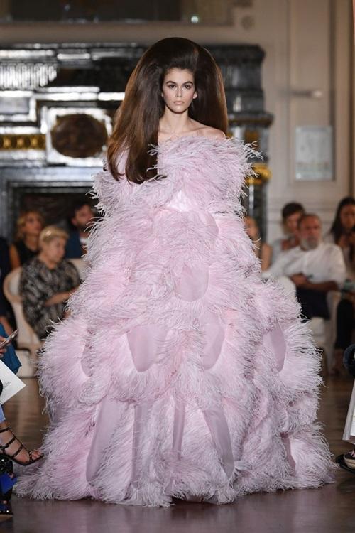 Những bộ cánh xứng danh tuyệt tác trên sàn Haute Couture Thu 2018 - 1