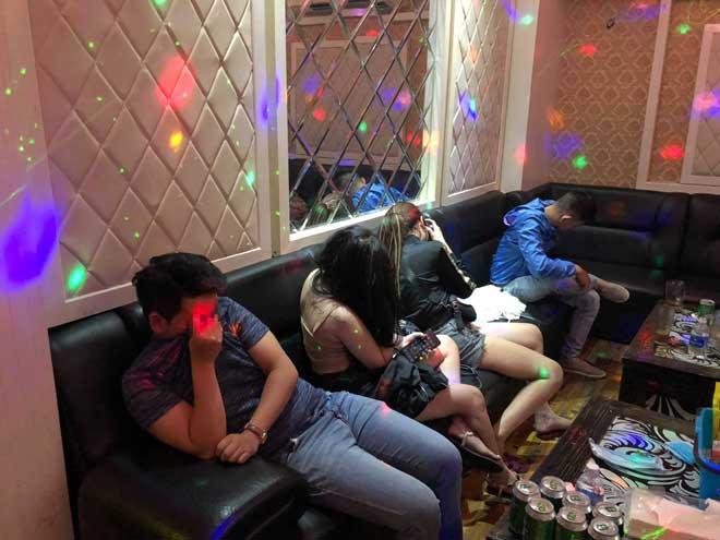 """16 nam, nữ tổ chức """"thác loạn"""" trong 3 phòng của quán karaoke lúc rạng sáng - 1"""
