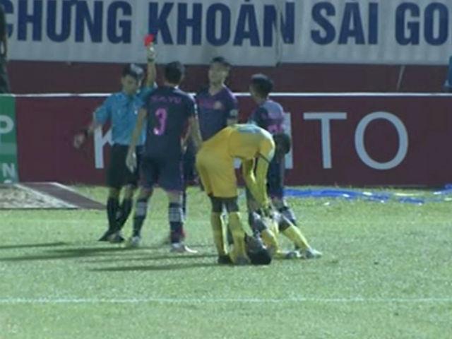 """Siêu bạo lực V-League: 1 phút 2 pha đánh nguội, """"mưa"""" thẻ đỏ"""