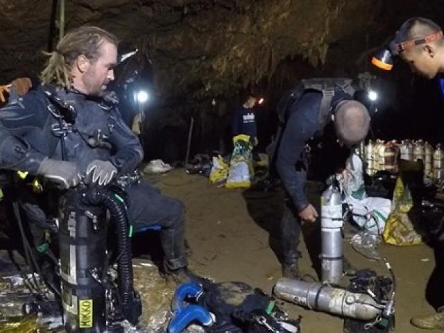 Giải cứu đội bóng Thái Lan: 2 thợ lặn kèm 1 người rời hang