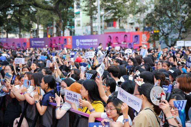 Fan Việt đu cửa, đội mưa để được ngắm trai đẹp xứ Hàn - 1