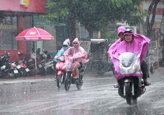 Vì sao nắng nóng điên cuồng vừa dứt, miền Bắc lại mưa như trút nước? - 1