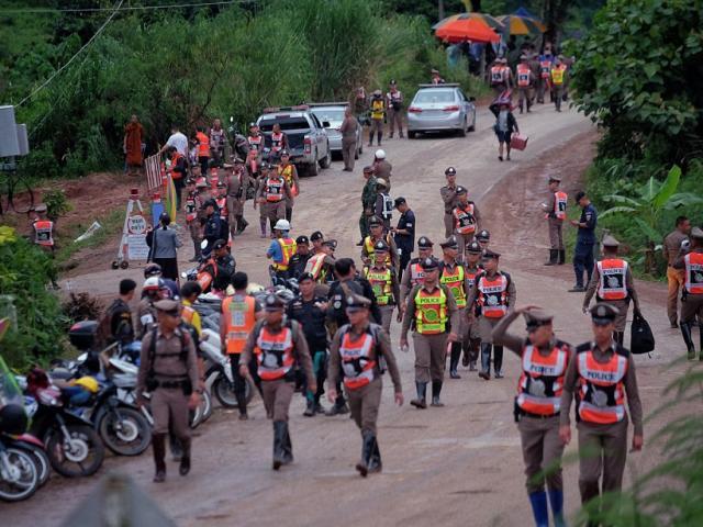 Ngày giải cứu thứ 2 kết thúc, còn 5 người phải chờ trong hang sâu Thái Lan