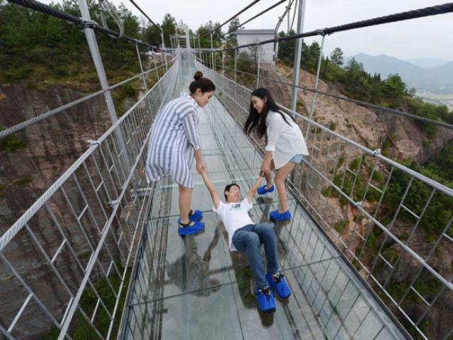 Du khách khóc ngất khi đi qua những cây cầu kính mỏng manh này