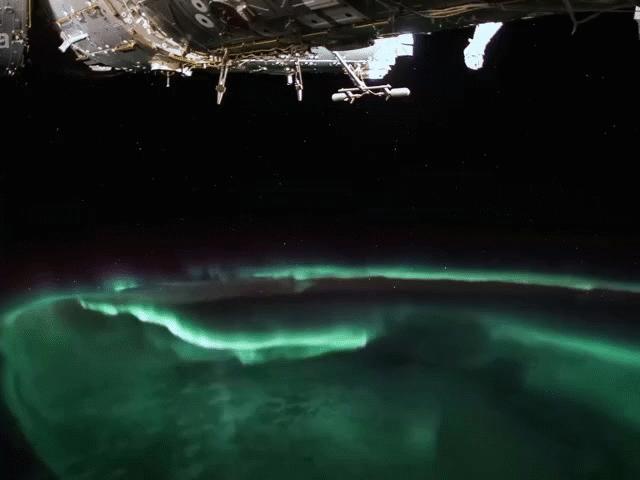 Ngắm cực quang sáng rực kỳ ảo từ góc nhìn ngoài không gian