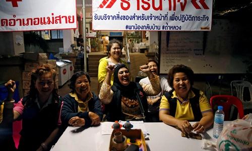 Người Thái ăn mừng suốt đêm vì chiến dịch giải cứu đội bóng thành công - 1