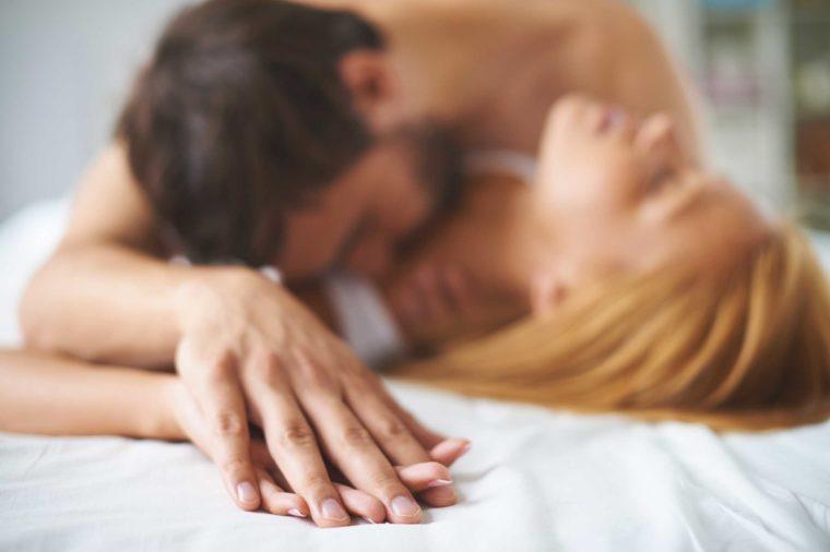 Những điều không bao giờ nên làm trên giường ngủ - 1