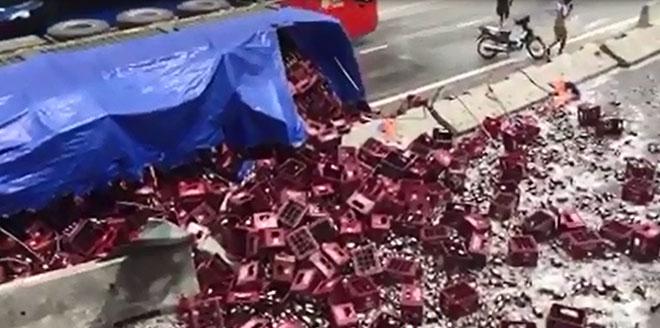 """Đường phố """"tắm"""" bia sau vụ lật xe tải, không ai dám đi qua - 1"""