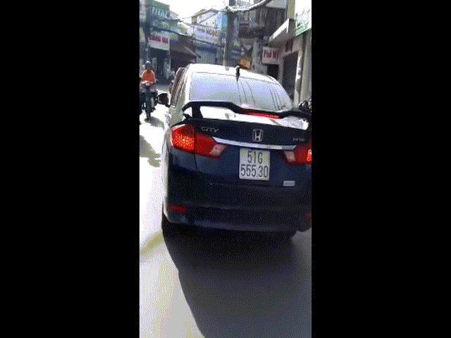 TP HCM: Tài xế gác chân lên cửa ô tô, phóng vun vút trên đường