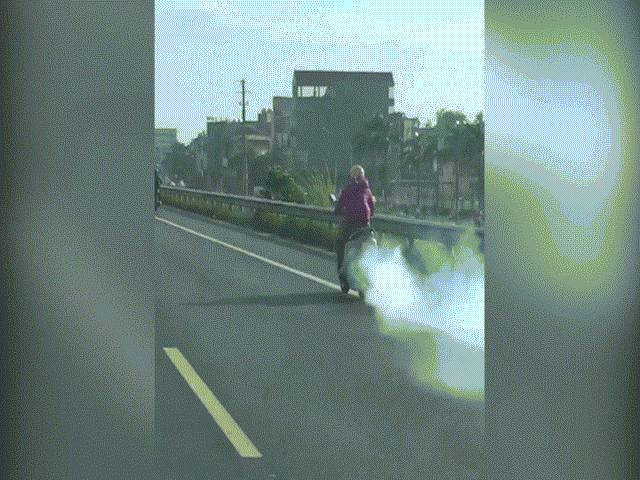 Ninja Lead phi điên cuồng, phả khói mù mịt trên cao tốc