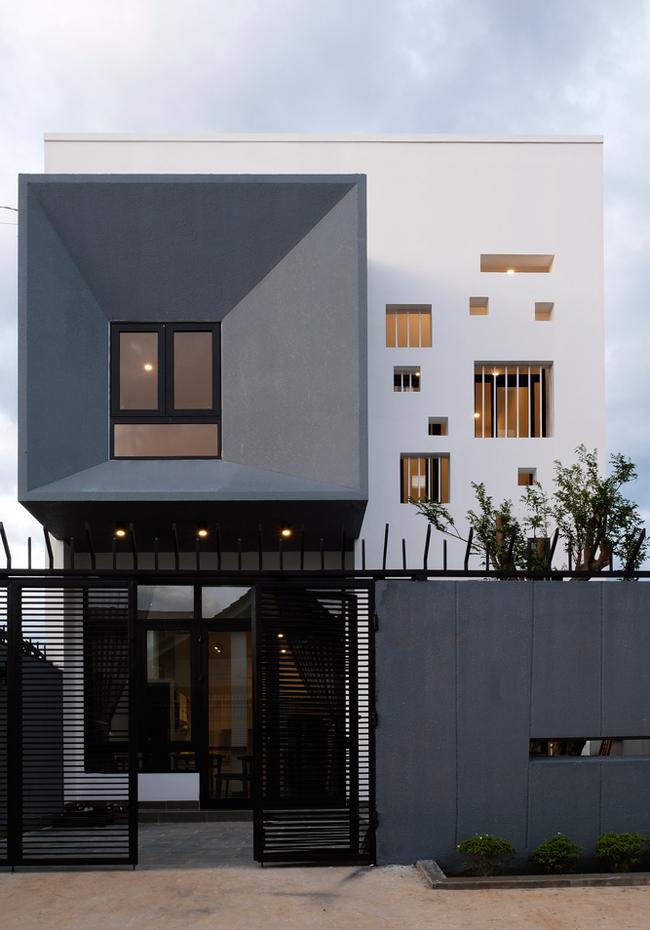 Ngôi nhà nhỏ được xây dựng trên một mảnh dất có diện tích 7x20m ở thành phố cao nguyên Buôn Mê Thuột.