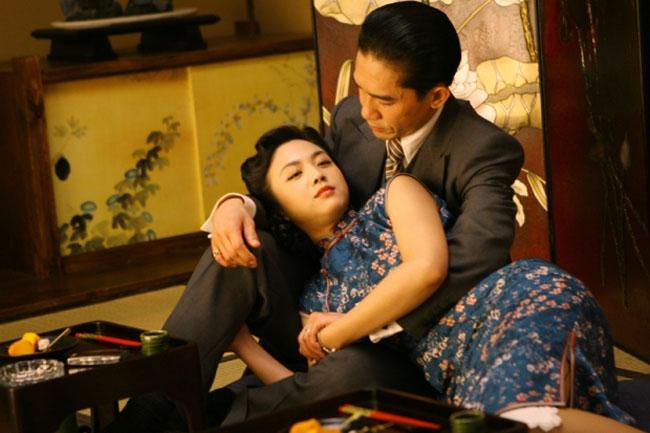 """""""Sắc giới"""" từng là một trong những bộ phim nổi tiếng, gắn liền tên tuổi của hai ngôi sao Lương Triều Vỹ và Thang Duy. Dù nhận được nhiều lời khen từ các nhà phê bình, chưa kể Thang Duy còn nhận được giải thưởng Diễn viên mới xuất sắc tại Kim Mã 2007, nhưng cô lại bị công chúng chỉ trích dữ dội vì những cảnh sex trong phim."""