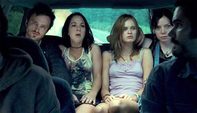 """""""The Last House on the left"""" là tác phẩm kinh dị 18+ của đạo diễn Wes Craven. Nội dung phim xoay quanh hai thiếu nữ trên đường đi dự hoà nhạc thì bị kẻ ác chặn đường, tra tấn và cưỡng hiếp cho tới khi chết. Tuy nhiên, các cảnh quay trong phim bị cho là quá man rợ nên đã bị cấm cửa ở nhiều quốc gia."""