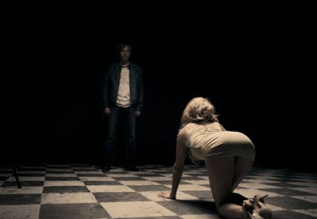 """Năm 2010, bộ phim """"A Serbian Film"""" của đạo diễn Srdjan Spasojevic cũng từng gây tranh cãi vì có quá nhiều cảnh quan hệ thể xác và bạo lực. Theo đó, tác phẩm này bị cấm chiếu ở nhiều quốc gia vì hội tụ đầy đủ những yếu tố để Cục điện ảnh các nước nói không với việc kiểm duyệt, điển hình như cảnh cưỡng hiếp, loạn luân, quan hệ với xác chết,..."""
