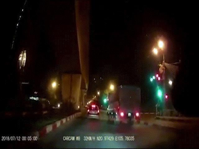 """Clip: """"Quái xế"""" phóng xe như tên bắn, tông gục CSGT"""
