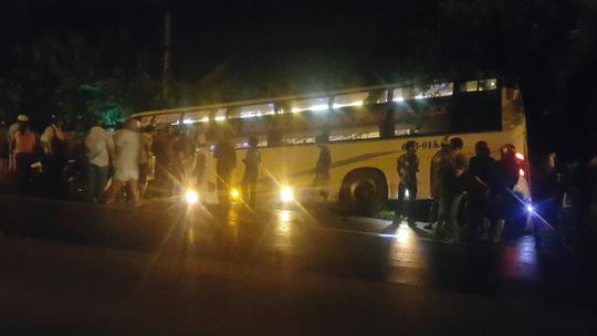 Tai nạn xe khách kinh hoàng ở Long An: 3 người trong 1 nhà bị nạn - 1