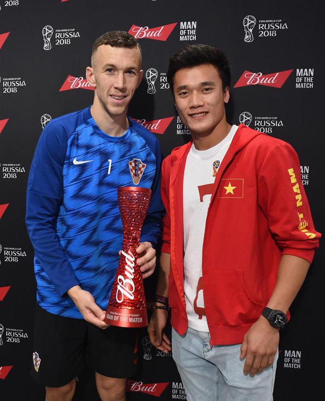 Thủ môn Bùi Tiến Dũng trao giải cầu thủ xuất sắc nhất trận Anh - Croatia - 1