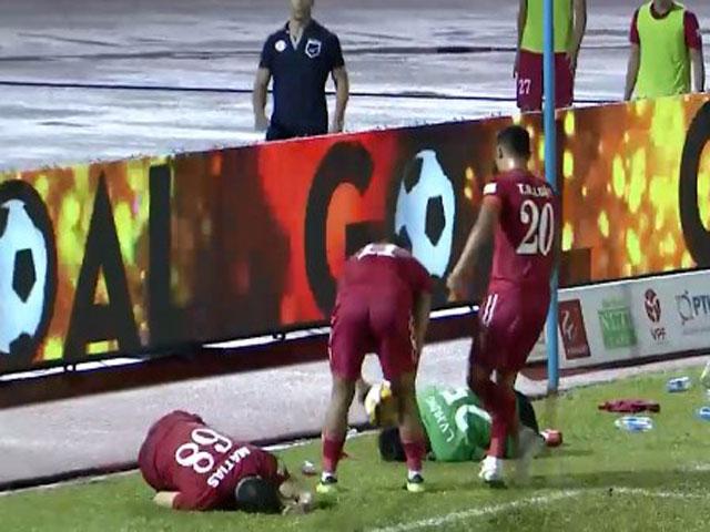 Trò cười V-League: Học trò HLV Miura ăn vạ như Neymar, thủ môn bị đuổi