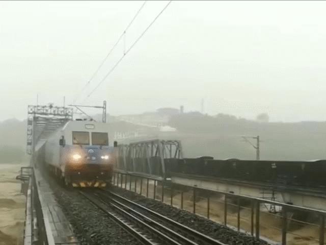 Cận cảnh 2 đoàn tàu hỏa 7.000 tấn cứu cầu đường sắt khỏi lũ cuốn ở Trung Quốc