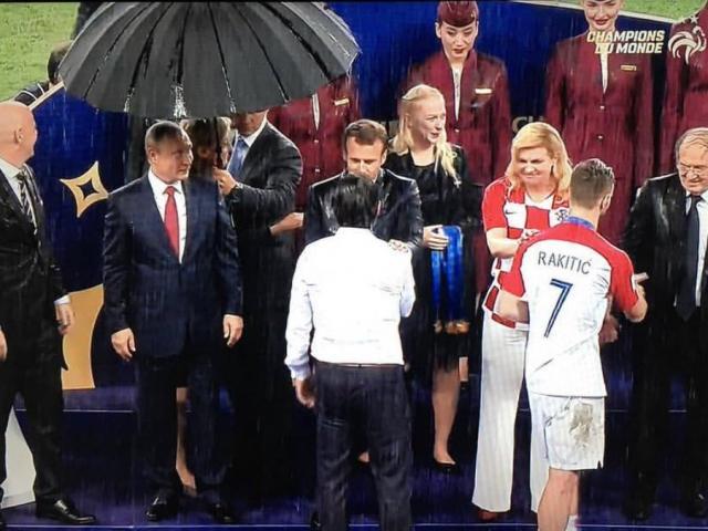 Bế mạc World Cup: Tổng thống Putin bị chỉ trích vì… được che mưa