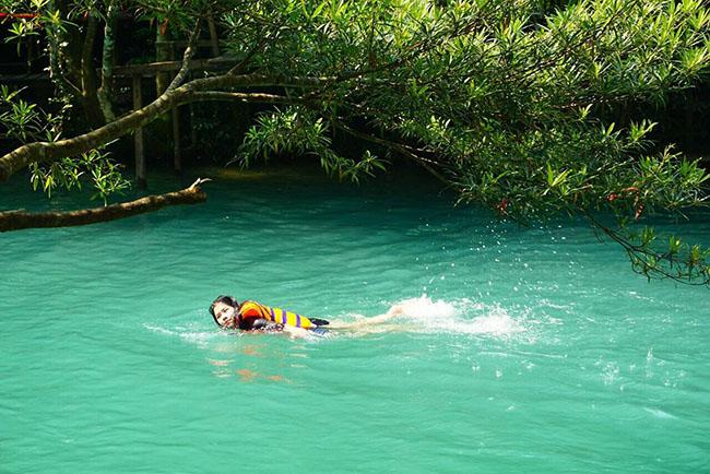 Suối Moọc, Quảng Bình: Đắm mình trong làn nước mát chỉ 20 độ C - 1