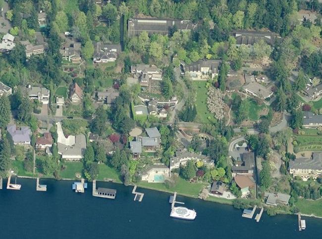 Paul Allen là người sánh vai cùng Bill Gates sáng lập nên Microsoft. Mặc dù không quá nổi tiếng như người bạn của mình nhưng nhắc đến ông, người ta luôn nhớ tới khối bất động sản khổng lồ mà ông đang sở hữu.Dinh thự chính của Paul Allen là một ngôi nhà nằm cạnh biển rộng 929m2 nằm trên đảo Mercer ở Seattle (Mỹ). Ông sở hữu 9 biệt thự trên đảo, trong đó có biệt thự dành cho cha mẹ.