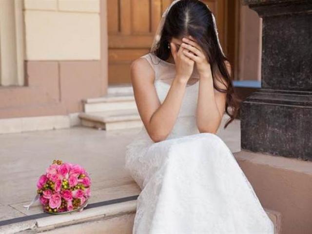 Thấy cô dâu khóc nức nở chụp ảnh cưới, nhiếp ảnh gia làm điều không ngờ
