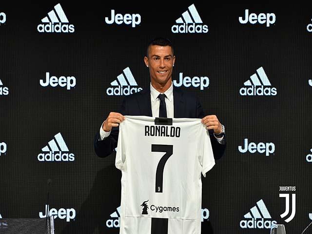 """""""Siêu bom tấn"""" Ronaldo: """"Ông hoàng"""" lương bổng, sóng ngầm đe dọa Juventus"""