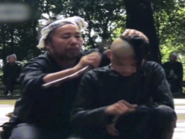 Rùng mình đến ngôi làng chuyên cắt tóc bằng lưỡi liềm ở Trung Quốc