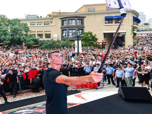 """Ronaldo """"bùng cháy"""" ở Trung Quốc: Ra mắt hoành tráng, triệu fan vỡ òa"""