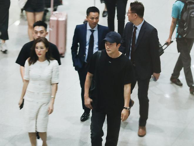 Hàng trăm fan hò reo, đập kính xe khi Kwon Sang Woo đến Sài Gòn lúc khuya - 1