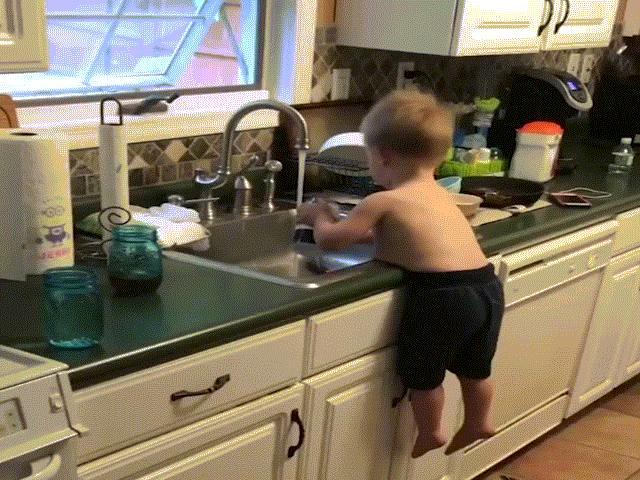 """Cậu bé có khả năng sử dụng tuyệt kỹ """"khinh công"""" để...rửa bát"""