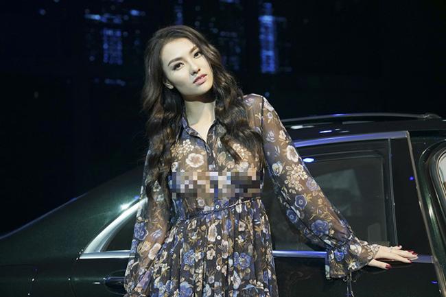 """Tối 18 và 19 tháng 7 vừa qua, Hồng Quế cùng dàn chân dài của làng mẫu Việt tham gia trình diễn trong một sự kiện triển lãm. Cả hai ngày, cô đều diện bộ đồ voan mỏng manh đầy gợi cảm.Một số thông tin cho rằng nữ người mẫu """"bỏ quên"""" nội y trong đêm diễn thứ hai."""