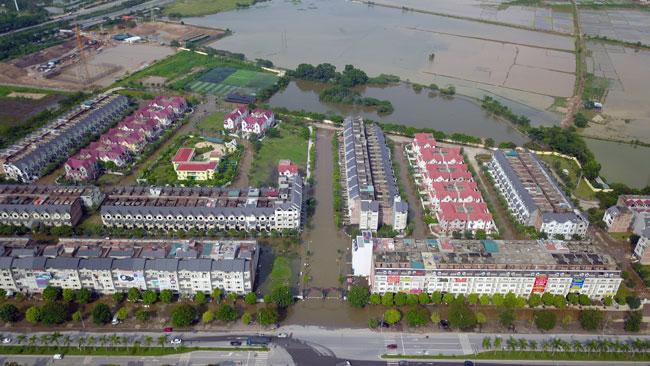 """Clip: Toàn cảnh làng triệu đô phố biến thành """"sông"""" giữa Hà Nội - 1"""
