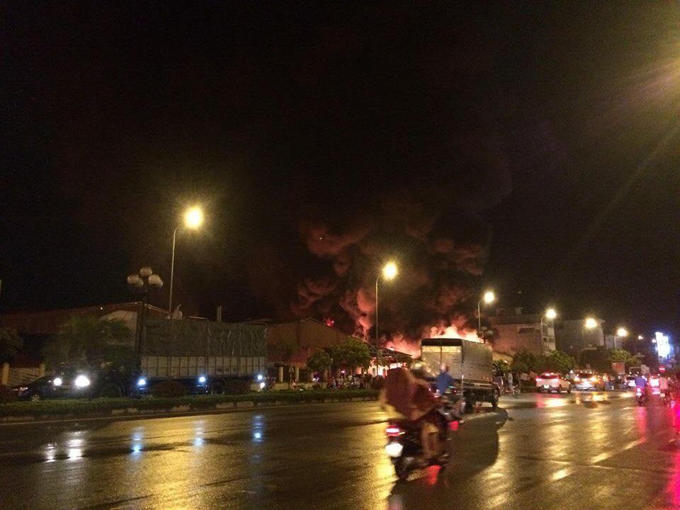 Cháy lớn chợ Gạo ở Hưng Yên, lửa bốc cuồn cuộn, cột khói cao nghi ngút - 1
