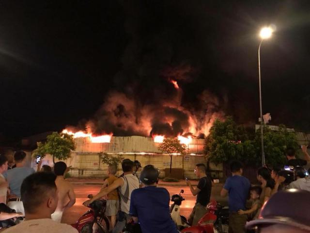 Cháy lớn chợ Gạo ở Hưng Yên, lửa bốc cuồn cuộn, cột khói cao nghi ngút