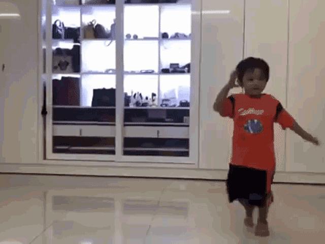 Mới 3 tuổi, quý tử nhà Khánh Thi đã khiêu vũ chuyên nghiệp như bố mẹ