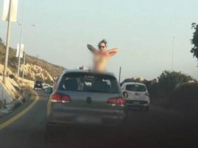 Cô gái để lộ ngực trần giữa phố Liban gây tranh cãi