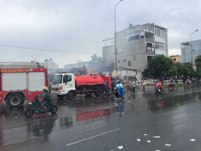 Cháy chợ Gạo ở Hưng Yên: Nghẹt thở phá cửa cứu 2 cháu bé - 1