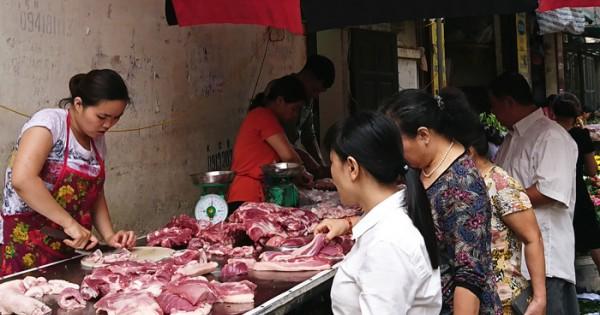 """Giá thịt lợn """"trên trời"""", dân than, doanh nghiệp cười - 1"""