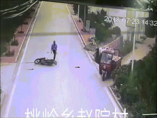 Sau khi gây tai nạn, người đàn ông có hành động xấu xí đến tức cười
