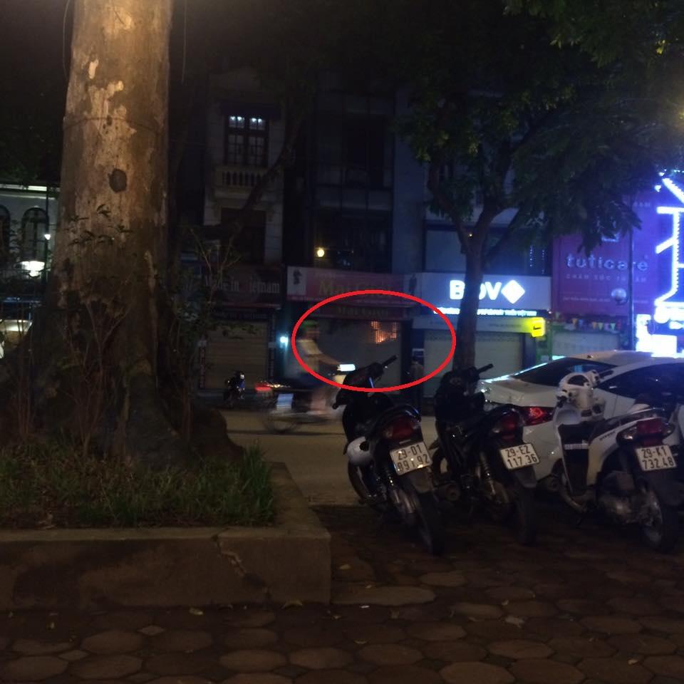 Hà Nội: 5 người mắc kẹt trong đám cháy lớn giữa đêm khuya - 1