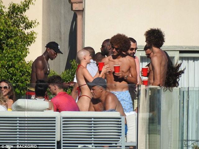 """MU thua đậm Liverpool: Pogba & Fellaini """"quẩy"""" bên người đẹp thiếu vải"""